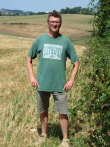 Frédéric Bousquet devant son champ